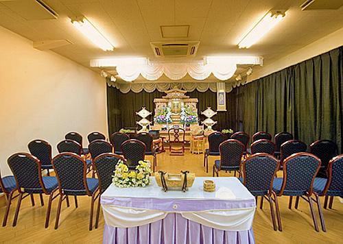 荘重な祭壇がまつられたセレモニーホールです。ご高齢者やお子さまにも安心な椅子席です。 少人数から多人数まで自在に対応することができ、とても便利な施設です。