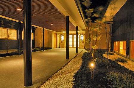 館山 花彩館 エントランスからのアプローチ(回廊)